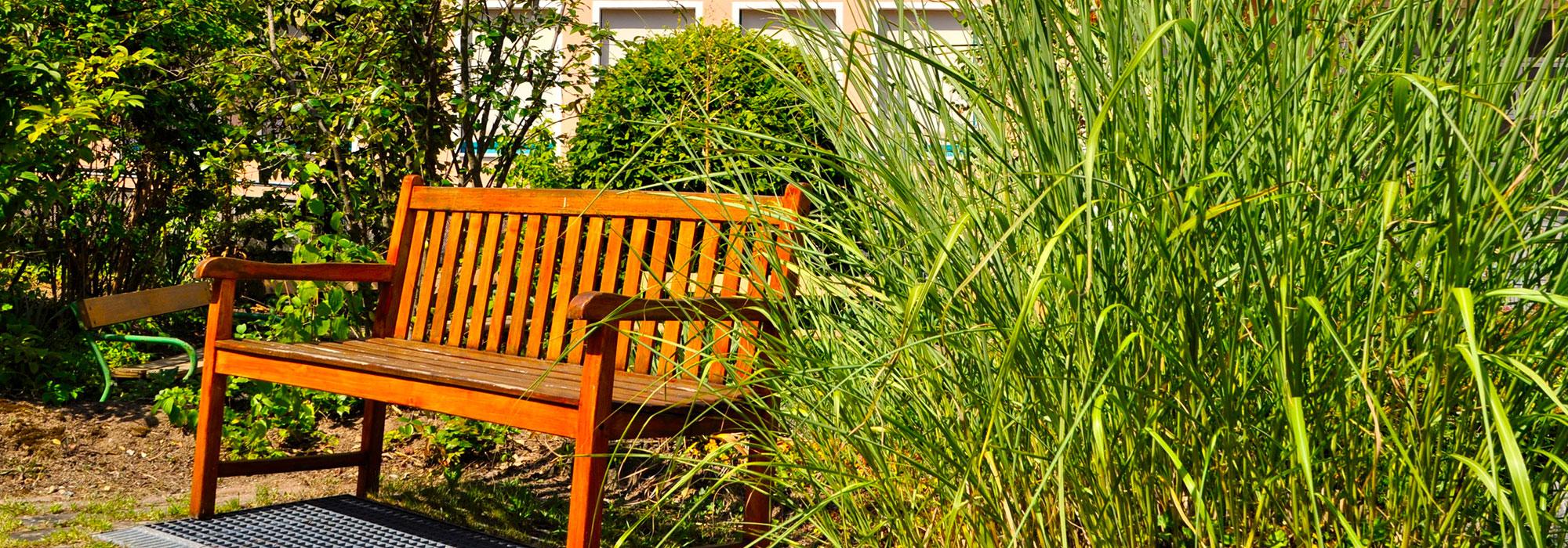 4_Holzbank-mit-FAKS-Fassade-und-Grün